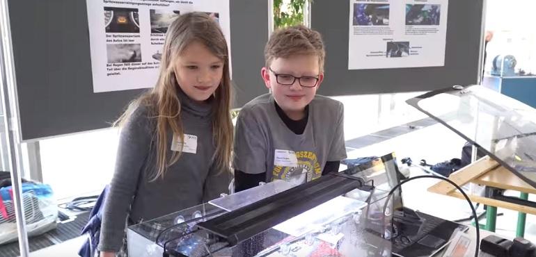 """Деца измислија """"зелен"""" начин како да го одржуваат ветробранското стакло чисто"""