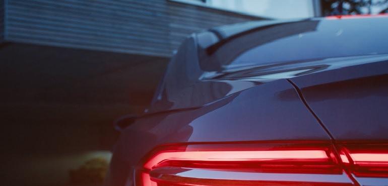 Погледнете како новото Audi A8 вешто се паркира потполно самостојно