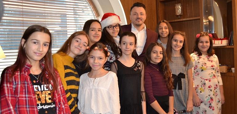 Дедо Мраз и Даниел Кајмакоски со децата од СОС Детско село во Скопје Мериот Хотел
